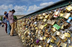 """""""Pont des Arts"""" by Disdero - Own work. Licensed under CC BY-SA 3.0 via Wikimedia Commons - http://commons.wikimedia.org/wiki/File:Pont_des_Arts.jpg#/media/File:Pont_des_Arts.jpg"""
