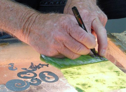 Hokitika,_travail_du_Jade_art_Maori_NZ By PIERRE ANDRE LECLERCQ - Own work